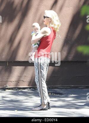 Gwen Stefani, vêtu d'un haut rouge et lunettes de soleil, en mission à Los Angeles avec son mari et ses deux enfants: Banque D'Images