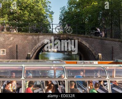 Du Canal d'Amsterdam, les sept ponts de la Reguliersgracht vu à partir d'un bateau d'excursion de croisière du canal avec les touristes dans l'Herengracht