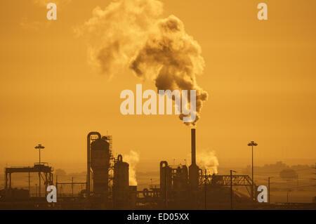Installation industrielle à la pollution atmosphérique dans une vague orange ciel Banque D'Images