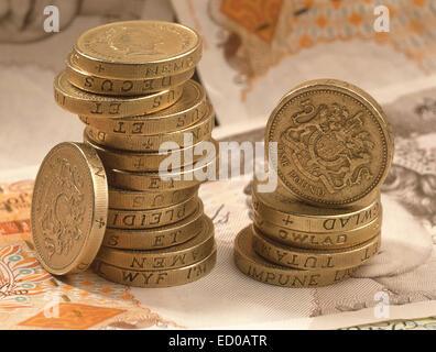La pile de pièces d'une livre avec arrière-plan de £10 billets en anglais Banque D'Images