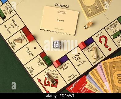 Jeu de Monopoly avec de l'argent, des notes, des compteurs et des dés en studio