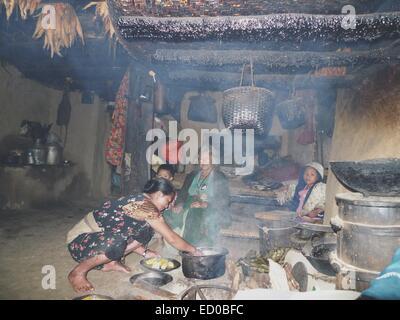 Le Népal, Famille avec enfants (8-9) cooking corns Banque D'Images