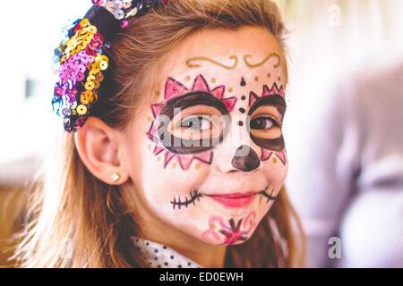 Portrait d'une fille souriante avec la peinture du visage du crâne Banque D'Images