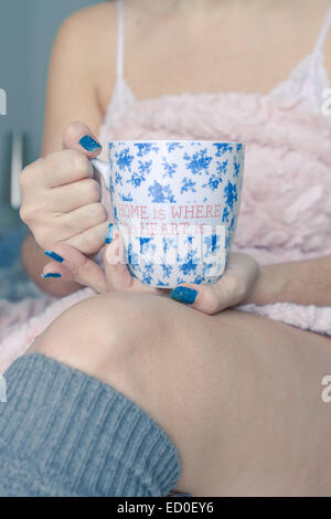Woman holding coffee mug Banque D'Images