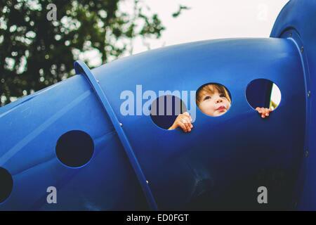 Garçon jouant dans un terrain de jeu, USA Banque D'Images