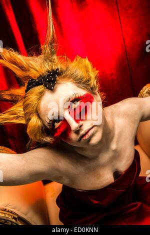 Fantasy makeover photographie - Sept Péchés - colère: Une jeune femme fille modèle avec cheveux hérissés punky Banque D'Images