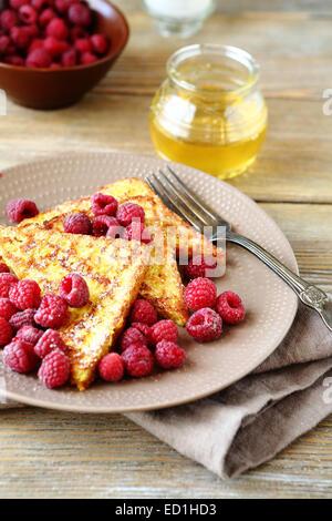 Délicieux pain doré aux framboises et miel, fruits Banque D'Images