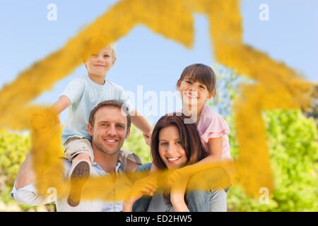 Les parents de donner aux enfants un piggyback Banque D'Images
