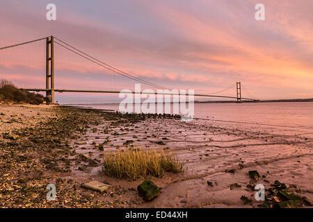 Le Humber Bridge at Dusk à partir de la rive nord, England, UK