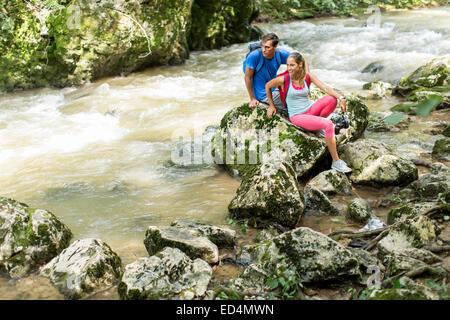 Jeune couple en randonnée dans la forêt Banque D'Images