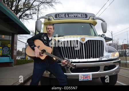 (Dossier) - Une archive photo datée du 03 avril 2014 montre le musicien Brandon Cunning debout devant un bus portant Banque D'Images