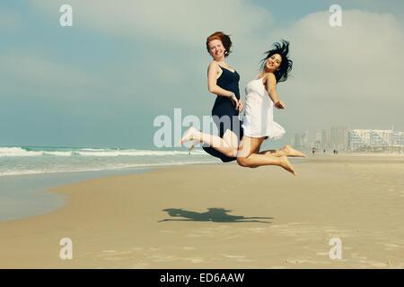 Portrait de deux amies souriant à la plage Banque D'Images