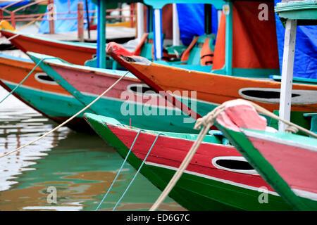 Bateaux en bois sur la rivière Thu Bon, Hoi An, Vietnam Banque D'Images