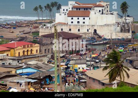 Vue sur le Château Saint-Georges à partir de Fort Jago, Elmina, Ghana, Afrique Banque D'Images