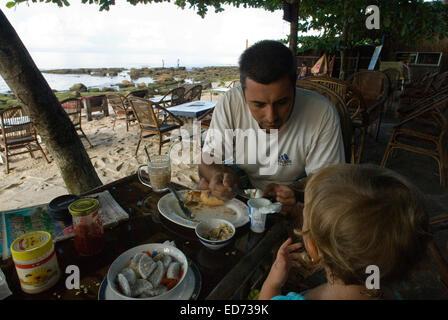 Prendre le petit-déjeuner à Sihanoukville Beach. Voyager avec des enfants. Père qui voyage avec sa fille. Sihanoukville Banque D'Images