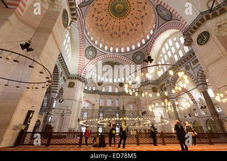 Les touristes portant des foulards à l'intérieur de la mosquée de Soliman à Istanbul, République de Turquie Banque D'Images