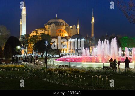 Sainte-sophie mosquée musulmane museum et Hippodrome Atmeydani fontaine illuminée la nuit, Istanbul, Turquie Banque D'Images
