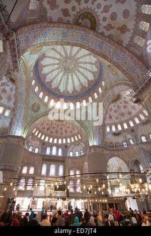 Les touristes voir les dômes de la Mosquée Bleue, Sultanahmet Camii ou Mosquée Sultan Ahmed 17e siècle à Istanbul, Banque D'Images