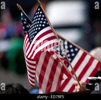 Présence vague le drapeau américain au Veterans Day Parade, qui honore les anciens combattants militaires américaines, Banque D'Images