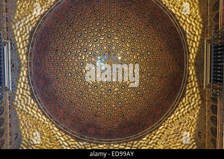 Séville Espagne: Vue de plafond orné de détails dans l'Alcazar Banque D'Images