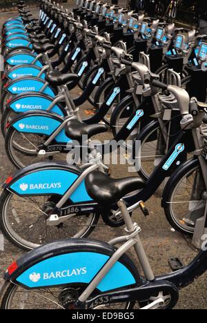 Amarré à un des vélos de location de Barclays dans le West End (St Martin's Street), Londres, UK Banque D'Images