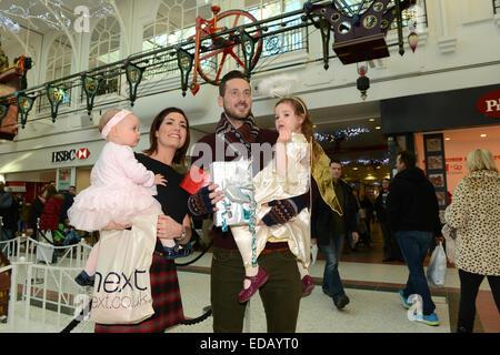 Family shopping pour Noël au centre-ville de Telford Uk couple avec enfants Banque D'Images