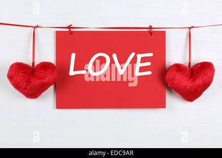 Une carte de vœux avec le mot amour sur la Saint Valentin ou la fête des mères avec deux coeurs Banque D'Images