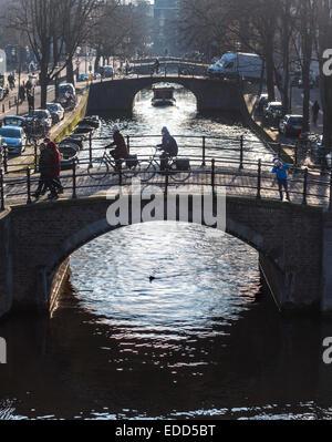 Canal Reguliersgracht Amsterdam célèbre pour ses sept ponts. Des vélos sur les ponts et le long du canal sur un Banque D'Images