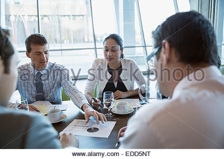 Les gens d'affaires de discuter des données dans la salle de conférence réunion Banque D'Images