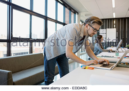 Designer working at laptop in office Banque D'Images