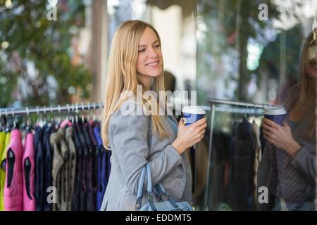 Smiling young women shopping tour sur Banque D'Images