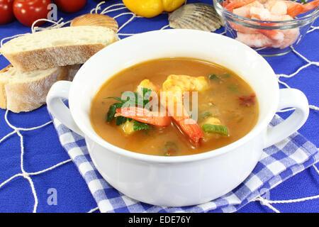 Une tasse de soupe avec la Bouillabaisse Banque D'Images