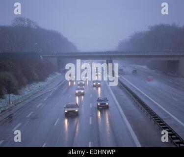 La météo, la pluie, la pluie, la giboulée, la neige fondante, transports, trafic, trafic routier, d'autoroute, dans Banque D'Images