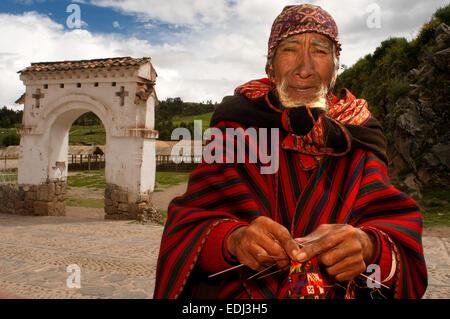 Un artisan tisse un chapeau dans les rues de Chinchero dans la Vallée Sacrée près de Cuzco. Chinchero est un petit Banque D'Images