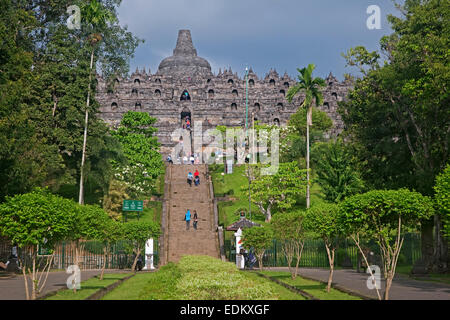 Les touristes visitant Borobudur / Barabudur, 9e siècle Temple Bouddhiste Mahayana à Magelang, Central Java, Indonésie Banque D'Images
