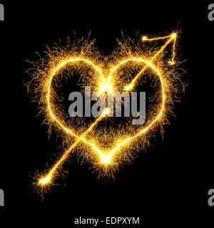 Coeur transpercé étincelles sur fond noir