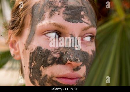 Femme au masque de boue Banque D'Images