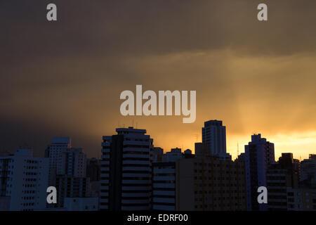Sao Paulo, Brésil. 8 janvier, 2015. Coucher de soleil avec des rayons de soleil passant à travers les bâtiments Banque D'Images