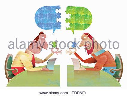 Hommes d'communique à l'aide de tablette numérique pour connecter puzzle bulle Banque D'Images