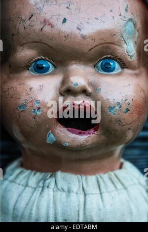 Visage d'une vieille poupée vintage