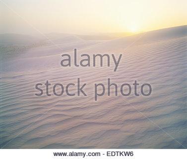 Des vents forts sur les dunes de gypse au lever du soleil. White Sands National Monument, Nouveau-Mexique.