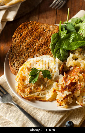 Composé organique d'Œufs au plat avec du pain grillé et pommes de terre rissolées Banque D'Images