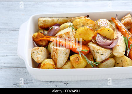 Pommes de terre cuite au four avec des carottes et des oignons, de l'alimentation Banque D'Images