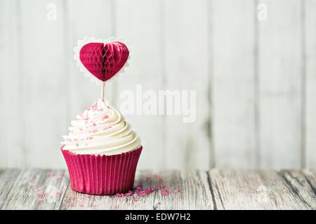 Cupcake décoré avec une sélection de gâteaux en forme de coeur Banque D'Images