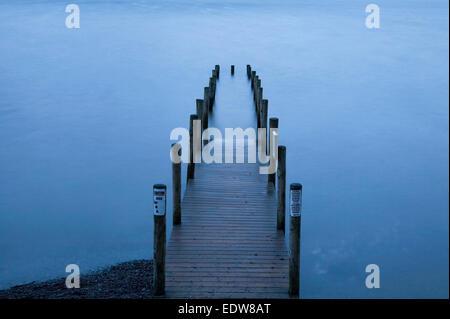 Ashness jetée sur Derwent Water avant le lever du soleil dans le Lake District. Banque D'Images