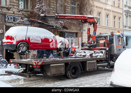 Dépanneuse supprime stationnés illégalement en voiture couverte de neige Gallery, Mitte, Berlin Banque D'Images