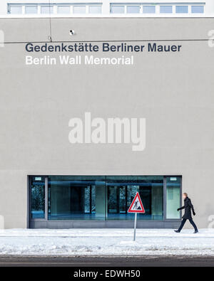 Le Mémorial du Mur de Berlin centre de visiteurs et la zone de visualisation après la neige en hiver. Banque D'Images