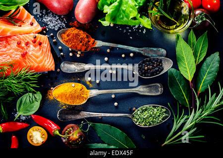 Partie de délicieux filets de saumon frais aux herbes aromatiques, épices et légumes - alimentation saine, régime Banque D'Images