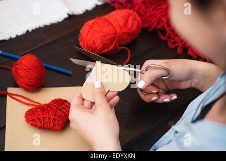 La création femme coeur de laine rouge Banque D'Images