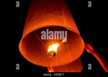 Touriste éclairé la libération d'une lanterne de papier à Yee Peng Festival International de Chiang Mai en Thaïlande. Banque D'Images